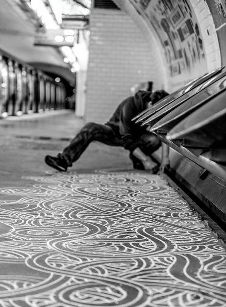 Jordane Saget sous les bancs du metro